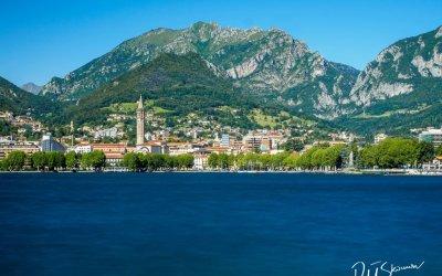 Urokliwe Lecco nad brzegiem jeziora Como