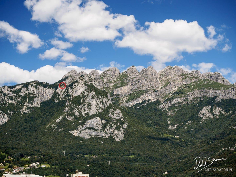 Widok na Alpy Bergamskie, w kółku zaznaczona górna stacja kolejki wjeżdżającej na Piani d'Erna
