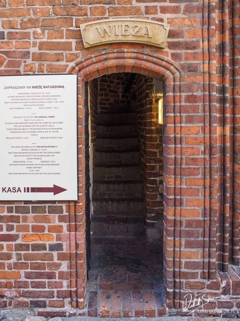 Wejście na wieżę ratusza w Toruniu