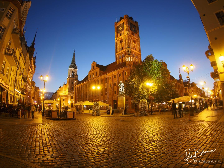Rynek staromiejski w Toruniu po zmroku