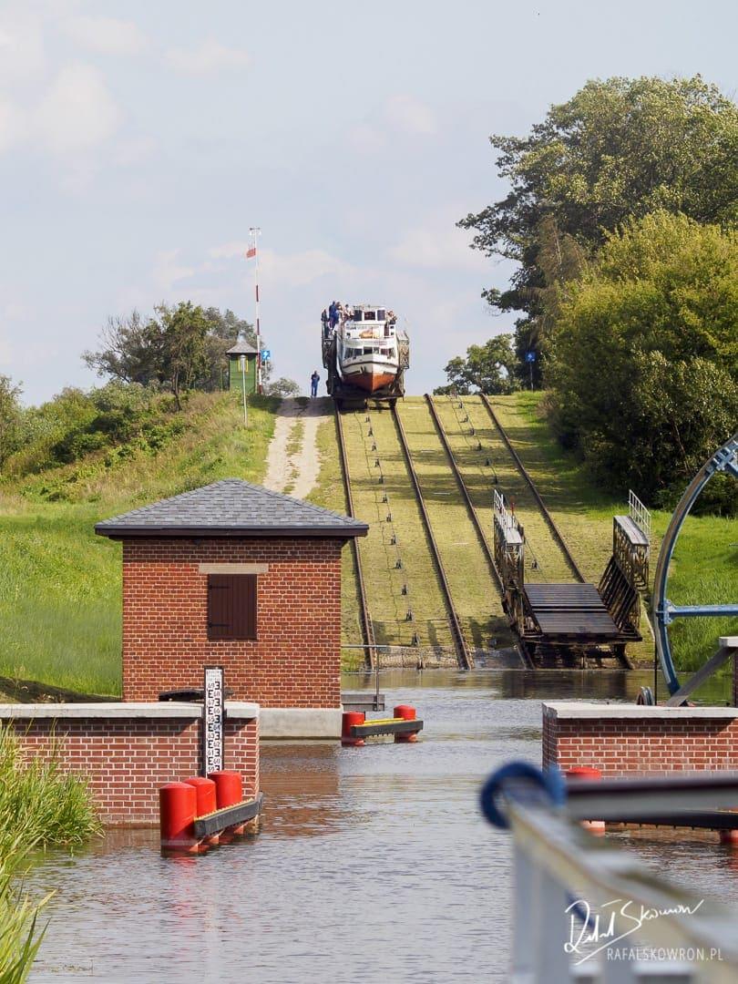 Statkiem po trawie - widok ze śluzy na nadjeżdżający statek.