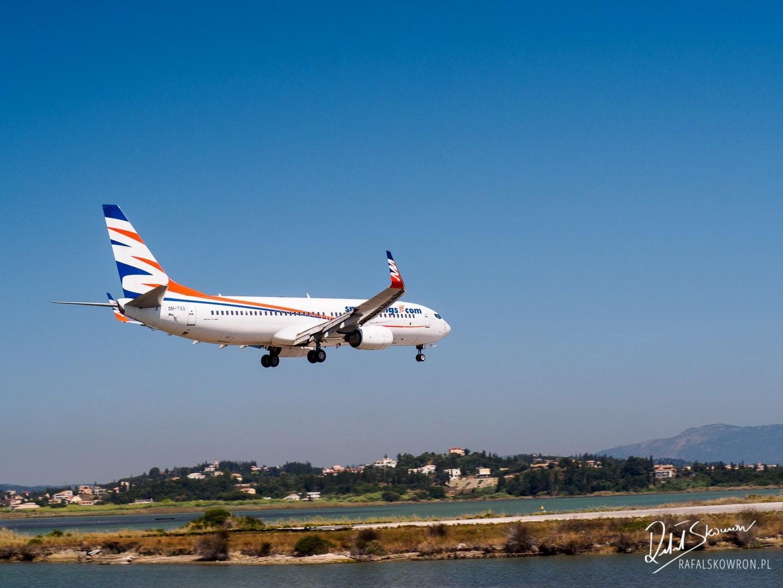 Samolot lądujący w Korfu