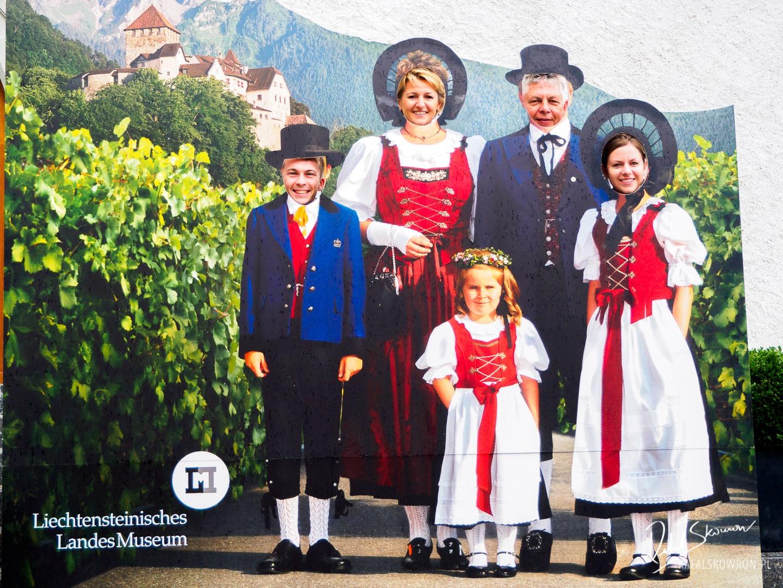 Zdjęcie pamiątkowe obok Muzeum Narodowego w Vaduz Liechtenstein